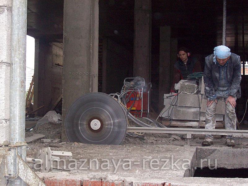 Резка перекрытия стенорезной машиной